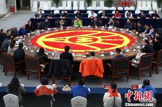 海外华文媒体代表走进五粮液_建言中国白酒走向世界