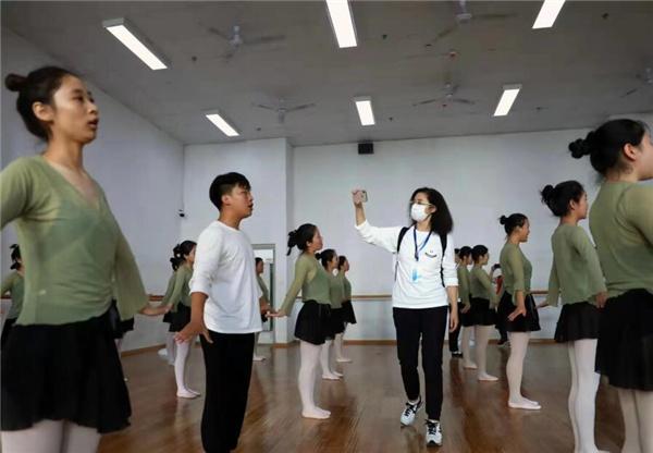 25家海外华媒走进四川凉山_聚焦彝乡校园教育发展