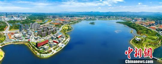 俯瞰天府新区兴隆湖。 钟欣 摄
