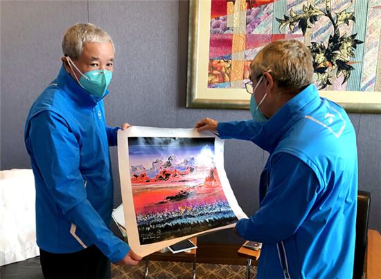 巴赫接受于再清转交的油画《光辉历程》系著名艺术家黄建南所赠